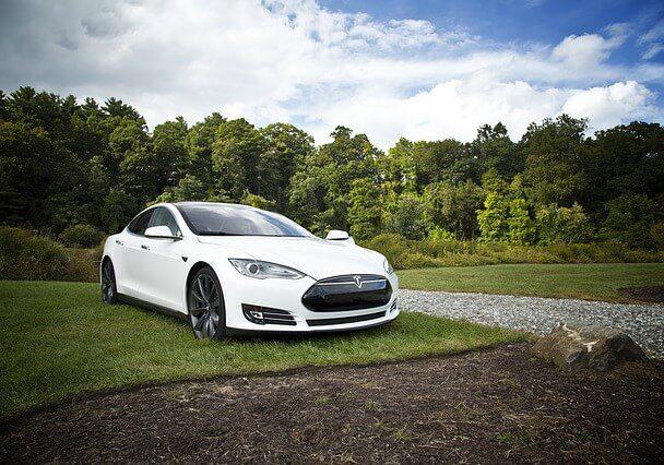 Biały samochód marki Tesla
